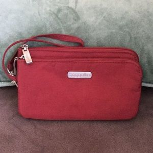 EUC Baggallini wristlet with 2 compartments.